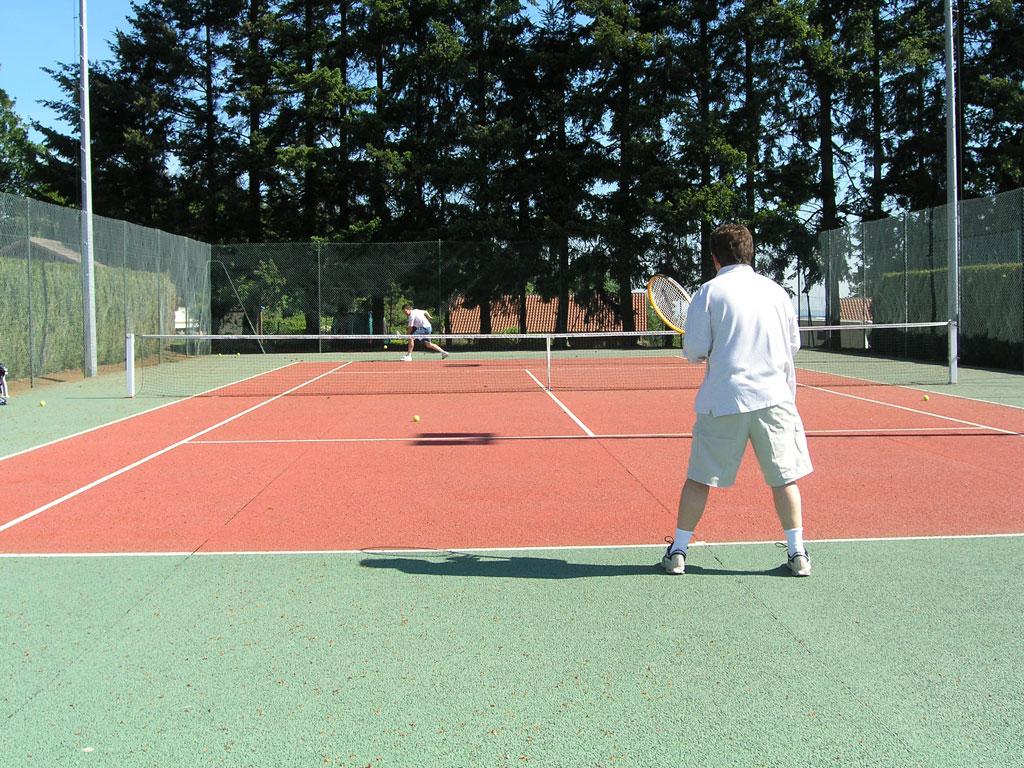 Sports and leisure activities domaine des monts du for Dimension d un terrain de tennis